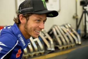"""MotoGP, Valentino Rossi lascia l'ospedale: """"Ragazzi, sto bene"""""""
