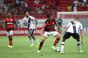 Mané Garrincha foi palco de arbitragem polêmica em clássico Vasco e Flamengo no ano passado