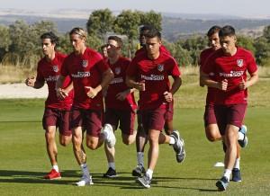 Tiago y Giménez se retiran del entrenamiento vespertino del Atlético por molestias