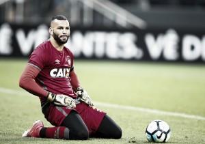 """Goleiro Weverton lamenta eliminação para o Grêmio: """"Quando a fase é ruim, é assim"""""""