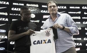 """Willians assina contrato e projeta sucesso no Corinthians: """"Meu potencial é grande"""""""