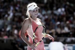 Wozniacki evita un susto mayor