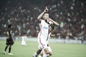 """Réver comemora vitória e desabafa após gol marcado: """"Grito estava engasgado"""""""