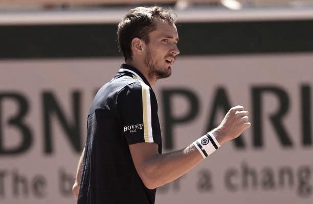 Em três sets, Medvedev elimina Bublik e vence primeira na carreira em Roland Garros