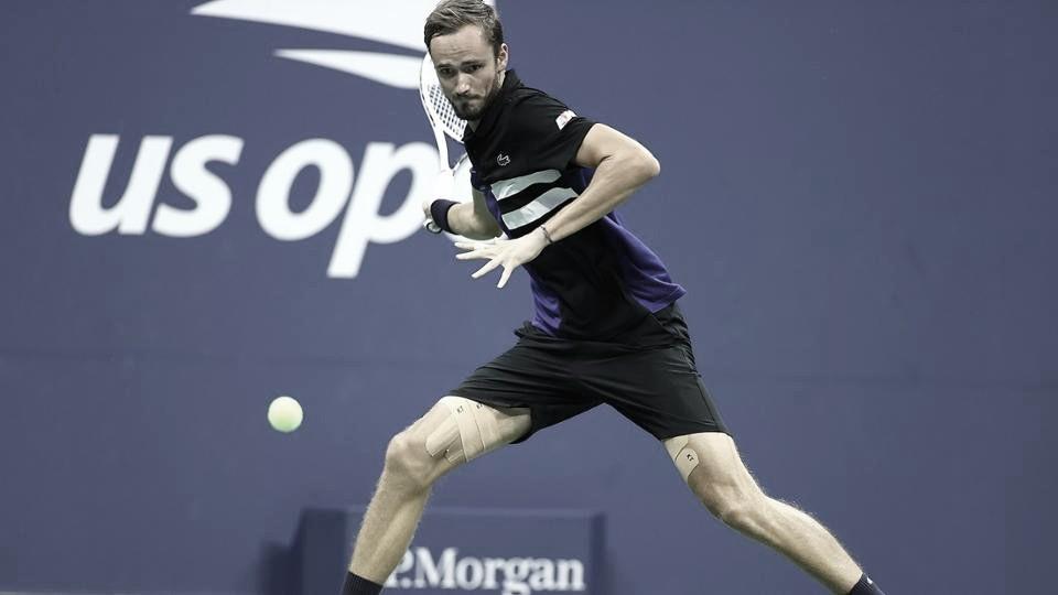 Com direito a pneu,Medvedev vence Tiafoe com tranquilidade no US Open
