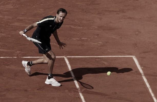 Medvedev supera Garin com autoridade e segue vivo em Roland Garros