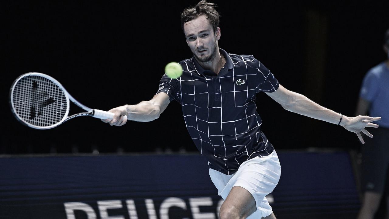 Medvedev domina Djokovic e se classifica às semis do ATP Finals