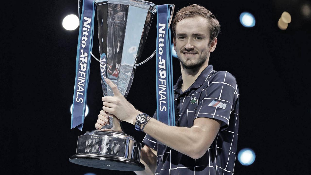 Medvedev levantando el trofeo como vencedor de las Nitto ATP Finals. (Fuente: Getty Images)