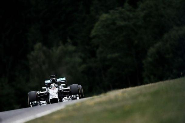 Mercedes domina treinos na casa da Red Bull