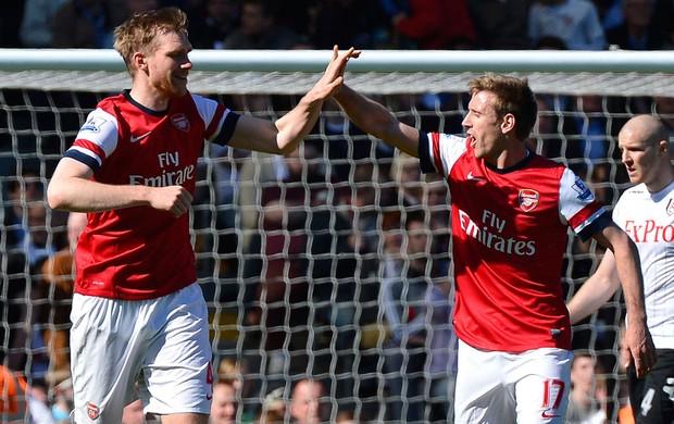 No sufoco, Arsenal bate Fulham e segue em terceiro