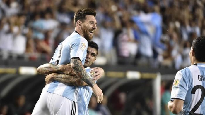 Messi sai do banco, faz três e Argentina goleia Panamá na Copa América