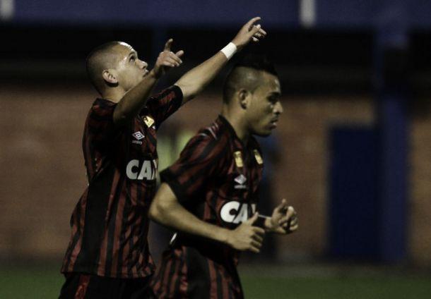 Marcos Guilherme brilha e Atlético-PR bate Avaí com gol no fim