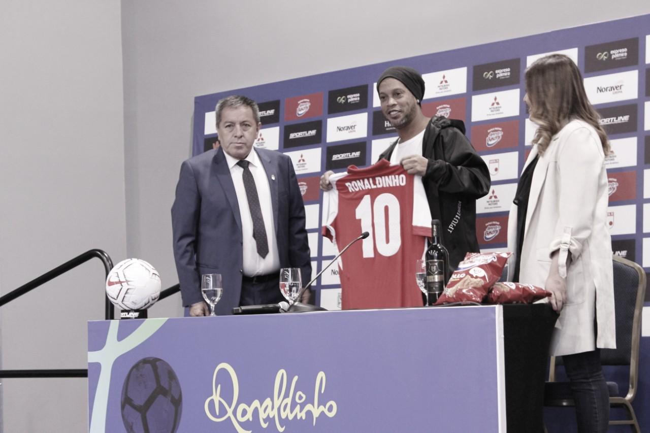 Ronaldinho ya está en Colombia para ponerse la 10 de Independiente Santa Fe