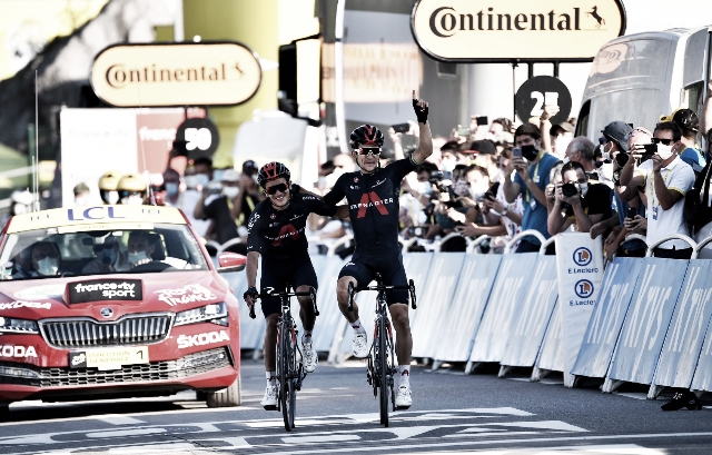 Kwiatkowski y Carapaz se repartieron el botín de la decimoctava etapa. El corredor polaco se hizo con el triunfo y Carapaz logró enfundarse el maillot de la montaña. Imagen de @INEOSGrenadiers (extraída de @GettySport)