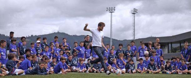 Saul Berjón y Michu visitan el campus del Real Oviedo