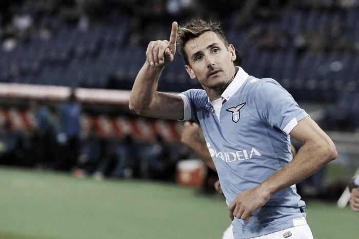 Lazio, contro la Juve possibile esordio per Bisevac. Ritorno da titolare per Miro Klose?