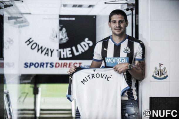 Porto e Benfica sem poder financeiro vêem Mitrovic assinar pelo Newcastle