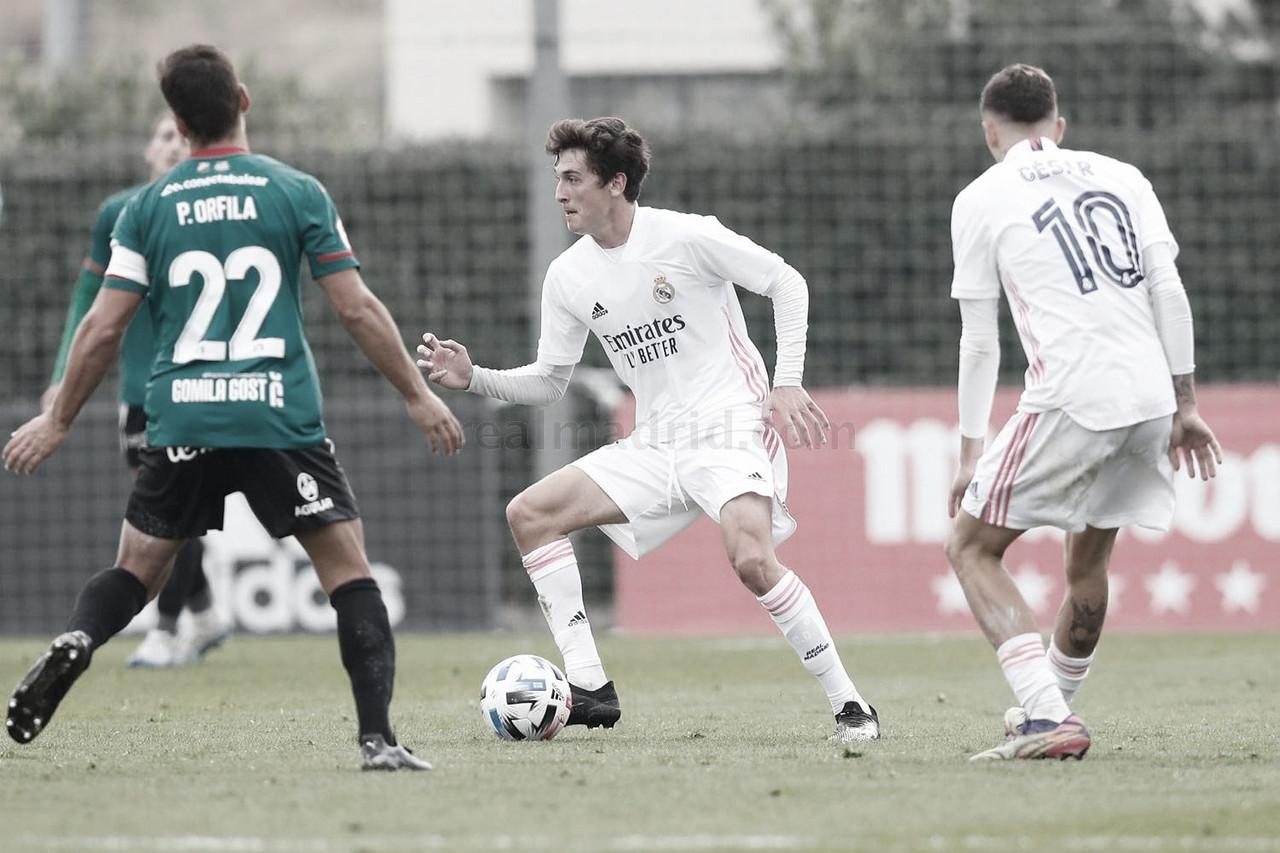 Carlos Dotor controla el esféricoy es, a su vez, presionado por un jugador del CD Atlético Baleares | Fuente: www.realmadrid.com