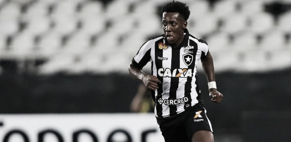Incontestável: Moisés toma conta da lateral esquerda do Botafogo