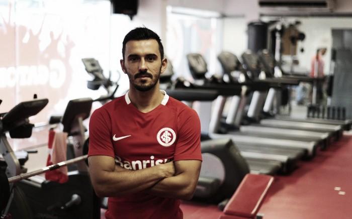 Contratado junto ao Corinthians, lateral Uendel é oficializado no Internacional