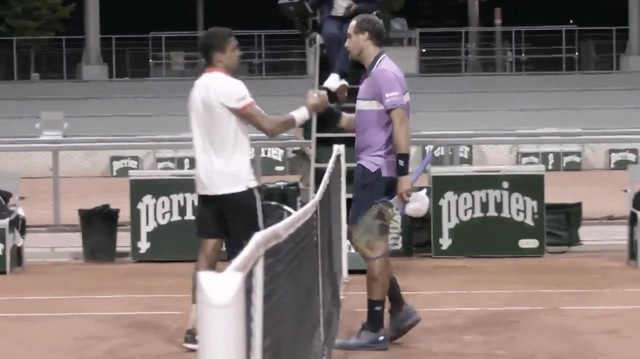 Após quase quatro horas, Monteiro perde para Johnson e é eliminado de Roland Garros