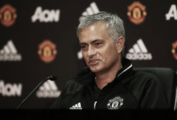 """Apresentado, José Mourinho exalta Manchester United: """"Estou no maior clube da Inglaterra"""""""