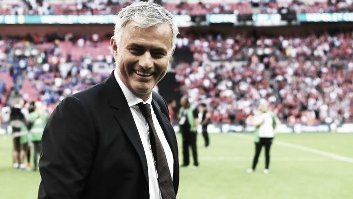 """Mourinho comemora título da Supercopa da Inglaterra: """"Bom para começar a temporada"""""""