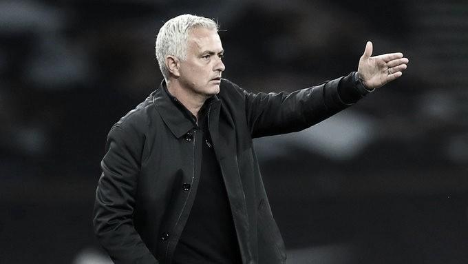 Mourinho critica arbitragem por 'penalidade estranha' no empate do Tottenham com Man United