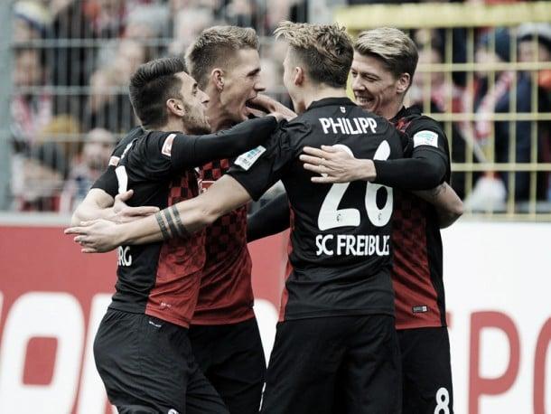 SC Freiburg 4-1 SC Paderborn 07: Perfect Petersen helps his side go top