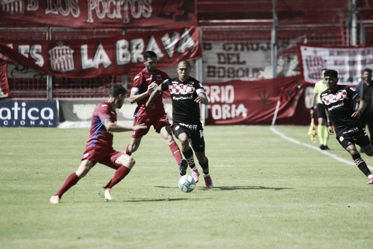 El Pato Galmarini marcando al ex Tigre Melivilo (Foto: CASM Oficial).