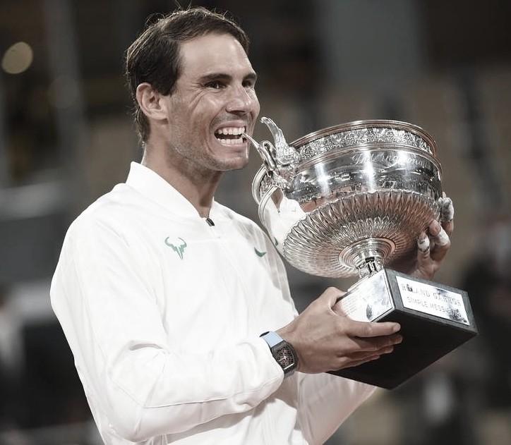 """<p><font size=""""4""""><b>De tanta felicidad, Rafael Nadal dio un mordisco al trofeo. Foto: Corinne Dubreuil / FFT</b></font></p>"""
