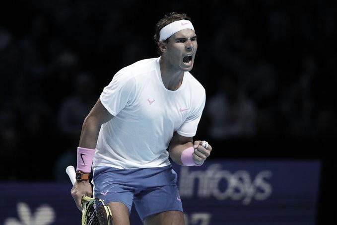 Nadal vence Tsitsipas de virada e seca Zverev para avançar no ATP Finals