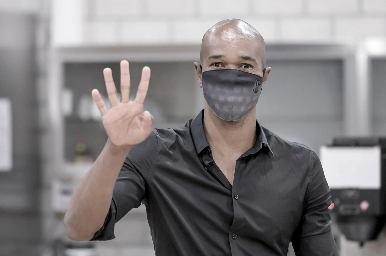 """Agora na comissão técnica do Schalke, ex-zagueiro Naldo se anima com novo desafio: """"Muito bom estar de volta"""""""