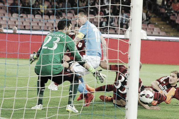 Il Napoli batte il Milan e resta in corsa per la Champions