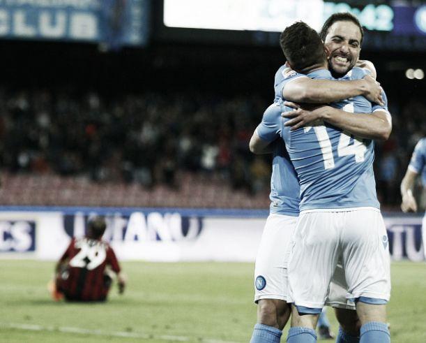 Com um a menos, Milan leva três gols em seis minutos do Napoli e completa cinco jogos sem vencer