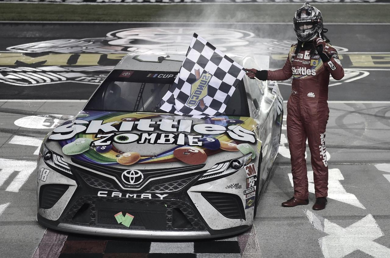 Kyle Busch junto a su Toyota #18 en la línea de meta / Foto: NASCAR Website