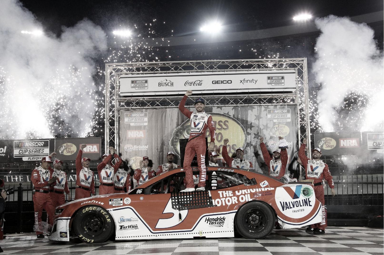 NASCAR Cup: Larson ganó sobre el final en Bristol