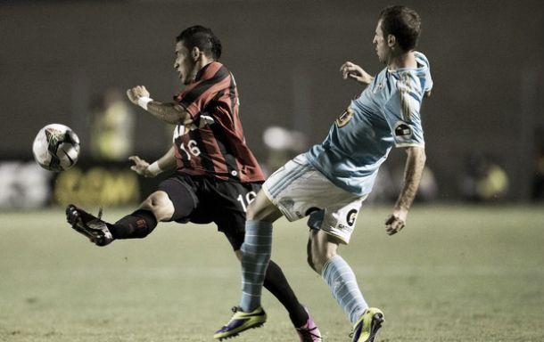 Nos pênaltis, Atlético-PR vence Sporting Cristal e se classifica para a fase de grupos