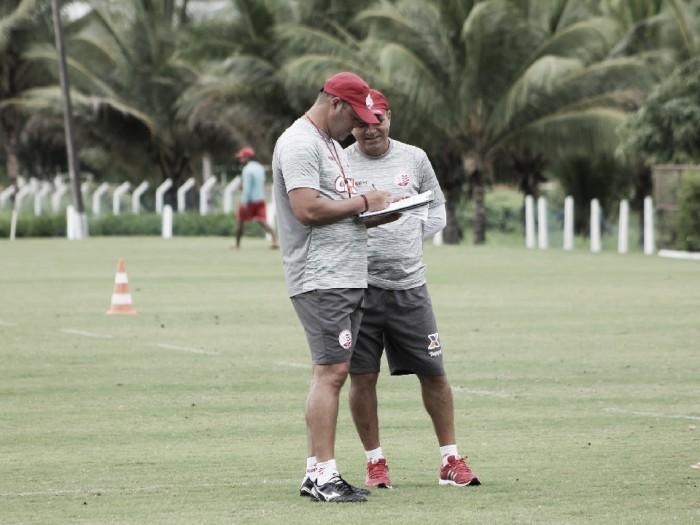Com vários desfalques, Roberto Fernandes tem problemas para montar equipe contra Goiás