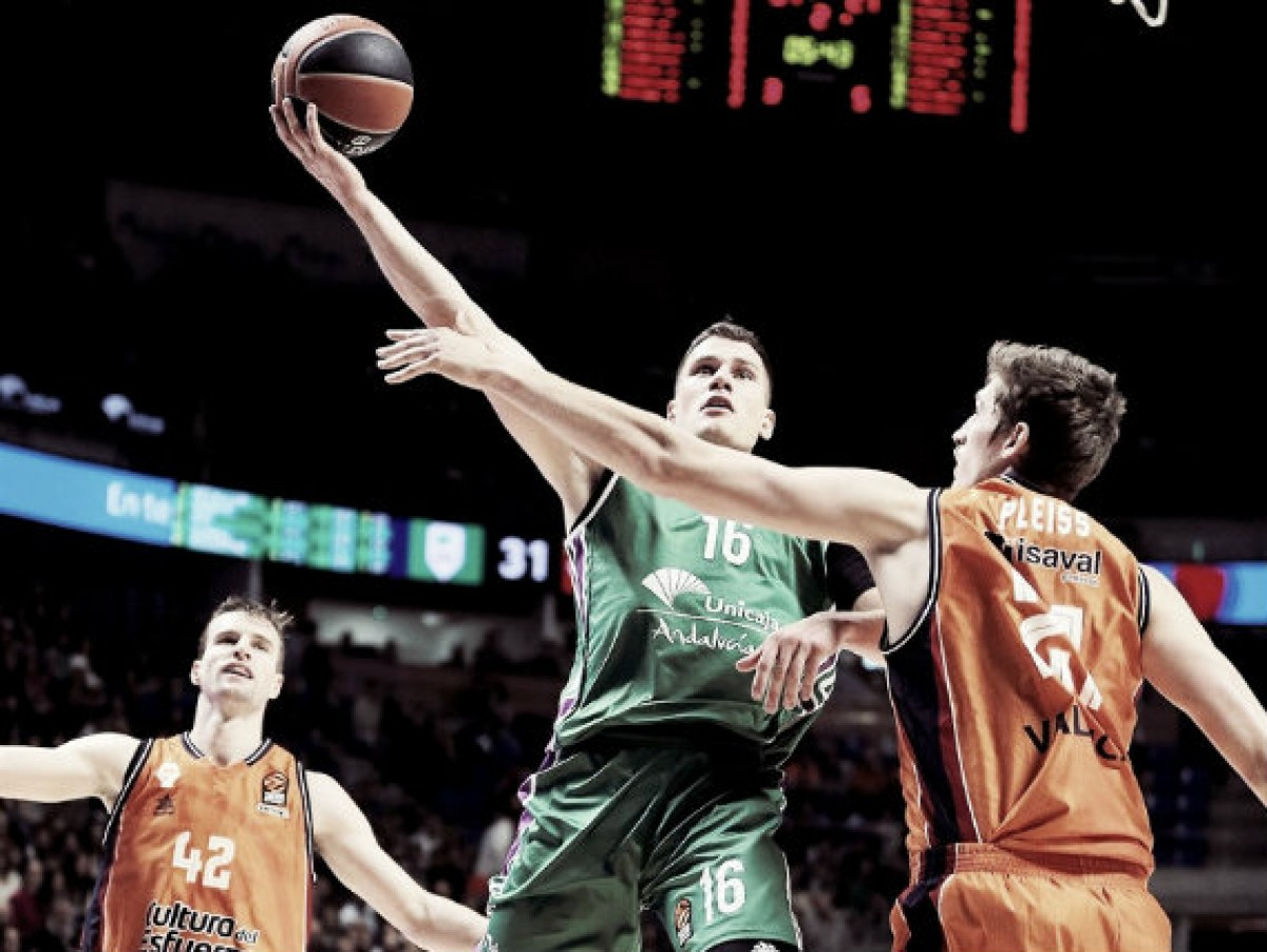 Nedovic penetrando a canasta ante la defensa de Tibor Pleiss. Fuente: euroleague.com