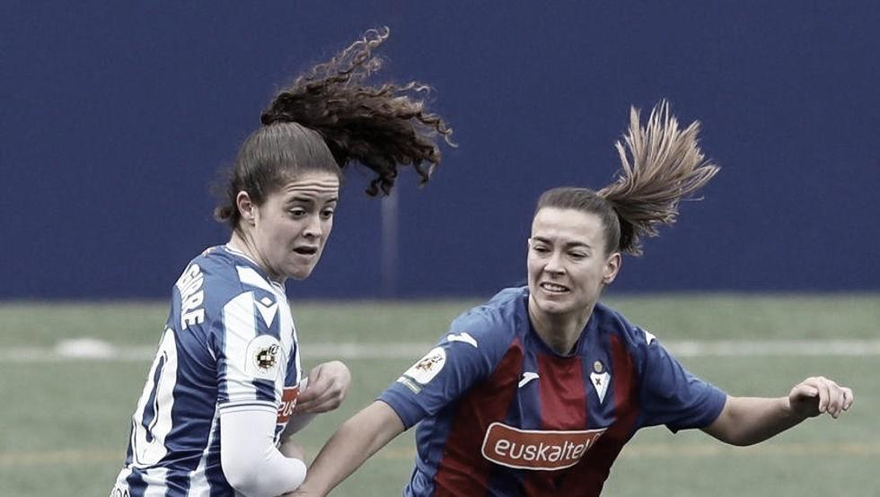 Nerea Eizaguirre pelea un balón con una jugadora del Eibar