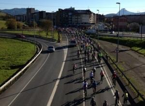 Multitudinaria concentración ciclista en Bilbao para recordar a los fallecidos en la carretera