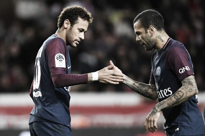 """Daniel Alves diz que Neymar acertou em deixar Barcelona para """"sair da sombra"""" de Messi"""