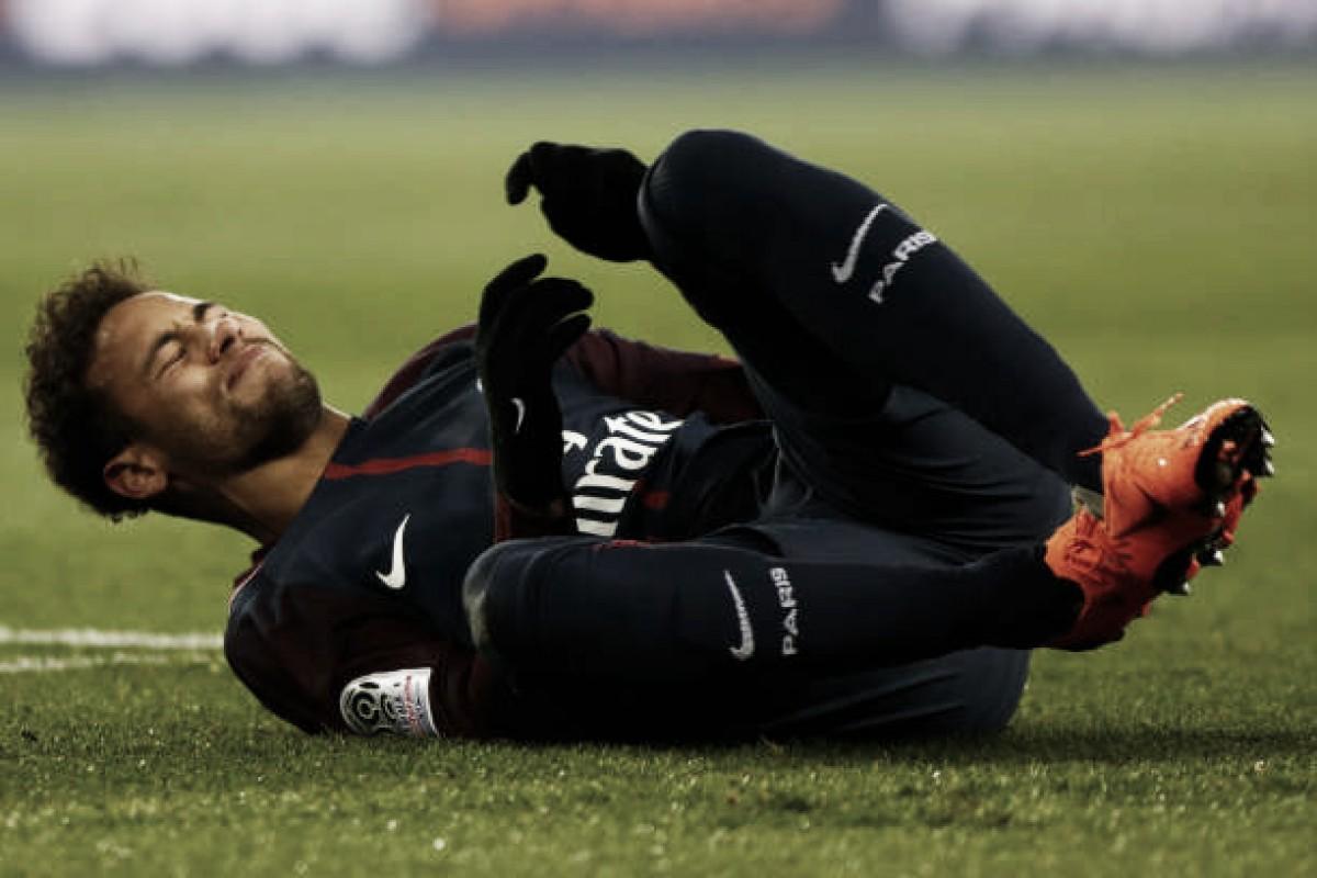 Neymar chega ao Brasil para cirurgia, e médico da Seleção crê em recuperação a tempo da Copa