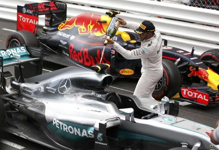 Damon Hill afirma que vitória de Hamilton em Mônaco o fez recordar Senna em Donington Park