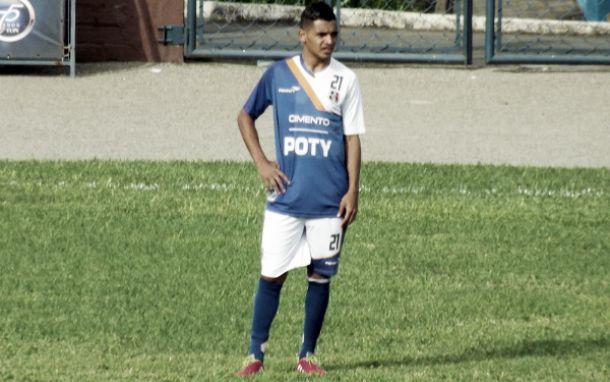 Com Tiago Costa suspenso, técnico do Santa Cruz sofre em busca do substituto