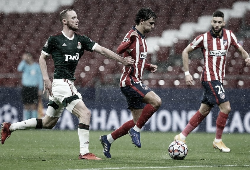 Joâo Félix conduce el balón ante la incómoda marca de un defensor del Lokomotiv // FOTO: Twitter del Atlético de Madrid