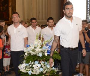 El Real Zaragoza ha realizado la ofrenda floral a la Virgen del Pilar