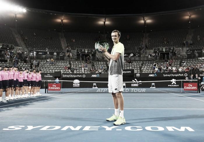 Medvedev celebra su primer título ATP en Sídney