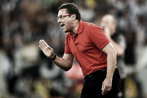 """Cauteloso após bom resultado, Luxa avisa: """"Não podemos jogar para defender esse resultado"""""""